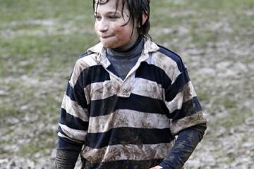 Comment enlever une tâche de boue ou de terre sur un vêtement ?